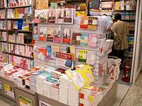 店内には文芸書やエッセイも充実。通勤通学の楽しい相棒が見つかりそう。