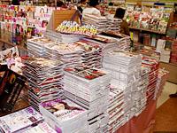 売れ行きも一目でわかる雑誌の積み上げ陳列
