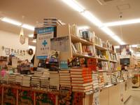 店入口正面には新刊、フェア書など話題の本が満載