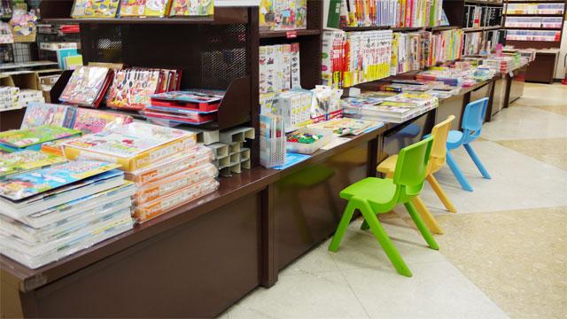かわいいイスでちいさいお客様もお出迎え!児童書コーナー