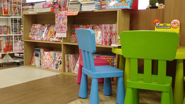 児童書コーナーにはカラフルなテーブル&イスを設置。